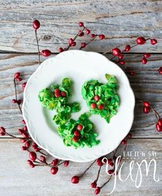Holly and Berries Cookies - Yummy Christmas Treats For Sweeter Holidays Easy Christmas Treats, Holiday Snacks, Christmas Goodies, Christmas Candy, Christmas Desserts, Holiday Recipes, Christmas Turkey, Thanksgiving, Holiday Baking