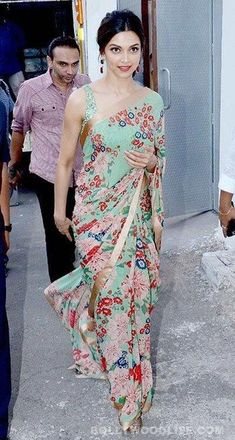 Love this sari! I've always wanted a print sari! Bollywood Saree, Bollywood Fashion, Indian Attire, Indian Wear, Indian Dresses, Indian Outfits, Deepika Padukone Saree, Sonakshi Sinha, Kareena Kapoor