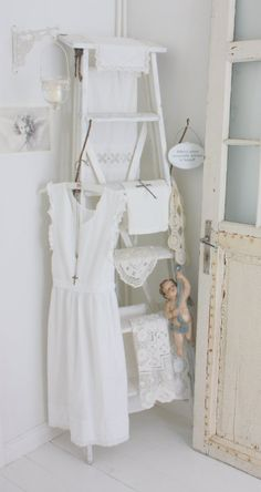 Shabby Chic Decor easy and creative tricks - Shabby yet delightful decorating tips to design a stupendous simple shabby chic . The ingenious Image posted on this not so shabby day 20190328 , pin note ref 3386090025 White Cottage, Shabby Chic Cottage, Shabby Chic Homes, Shabby Chic Style, Shabby Chic Decor, Deco Nature, Shabby Chic Furniture, Decoration, Ladder Decor