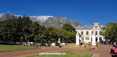 Cape Town with the Table Mountain.  Kapstadt mit dem Tafelberg. #gabrielaaufreisen #southafrica #tablemountain #capetown #travelblog #reiseblog #südafrika #kapstadt #tafelberg  www.gabrielaaufreisen.de  travelblog.gabrielaaufreisen.de (English)