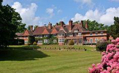 Petit cottage anglais avec 10 chambres, 10 salles de bain, 2 piscines, un hangar à hélicoptère et un terrain de tennis, le tout sur 10 hectares de terrain.
