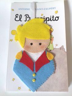 Marcador de página Pequeno Príncipe Felt Crafts, Fabric Crafts, Diy And Crafts, Crafts For Kids, Little Prince Party, Felt Bookmark, Felt Patterns, Useful Life Hacks, Plush Dolls