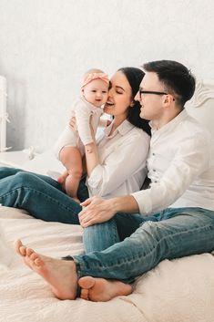 Frischgebackene Eltern können beruhigt sein, denn in der ersten Zeit gilt ein ganz einfaches Motto: weniger ist mehr. So pflegst du Gesicht, Körper, Nabel und Co: #schwangerschaft #baby #babyboy #babygirl #familie #kinder #mama #baby #liebe #family #lebenmitkindern #babymama #kleinkind #säugling #baby2020 #cutebaby #stillen #stillmama #instababy #mutter #lebenmitkindern #lifewithkids #momlife Baby Boys, Baby Baden, Mama Baby, Motto, Couple Photos, Couples, Breast Feeding, Parents, Pregnancy