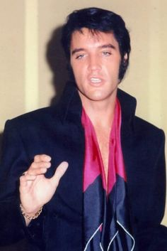 Q: 'Why have you waited so long to perform Live again?' 'Did you return to Live Performing because of the Phenomenal successes of Wales Singer Tom Jones and British Crooner Engelbert Humperdinck? Elvis Presley Las Vegas, Elvis Presley News, Elvis Presley Live, Elvis Presley Photos, Priscilla Presley, Mississippi, Memphis Mafia, Gene Kelly, Hot Hunks