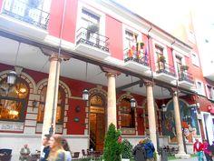 Mosaico tipo Belle Epoque en fachada soportalada del Casino.