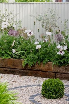 Garden Design DIY Lawn Edging Ideas For Beautiful Landscaping: Railroad Tie Raised Garden Edge - Looking for a solution decorating your yard? Take a look at these 68 lawn edging ideas that I promise that they will transform your garden. Small Courtyard Gardens, Small Courtyards, Small Gardens, Raised Gardens, Small Cottage Garden Ideas, Garden Cottage, Small Back Garden Ideas, Small Garden Inspiration, Garden Houses