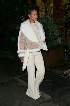 Rihanna Nails the Perfect Monochromatic Look for Winter Rihanna Nails the Perfect Monochromatic Look for Winter<br> Best Of Rihanna, Rihanna Mode, Rihanna Style, Rihanna Casual, Rihanna Fenty, Rihanna Outfits, Rihanna Nails, Winter Mode Outfits, Winter Fashion Outfits