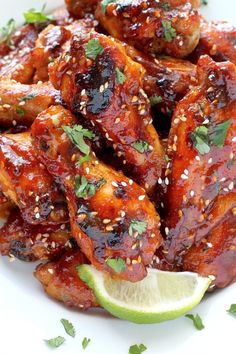 These Sweet and Spicy Sriracha Baked Chicken Wings are perfect for parties! The sauce is made with honey and sriracha hot sauce, so it& sweet, spicy and finger licking good! So good and serves a crowd. Siracha Chicken Wings, Spicy Wings, Baked Chicken Wings, Sriracha Wings, Asian Chicken Wings, Chicken Meatballs, Chicken Tacos, Best Chicken Wing Recipe, Baked Chicken Recipes
