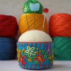 """Bottle Cap Pincushion - wouldn't this look awesome with """"tie dyed"""" or varigated felt on top? Felt Crafts, Fabric Crafts, Sewing Crafts, Sewing Projects, Craft Projects, Needle Book, Needle Felting, Felt Embroidery, Embroidery Designs"""