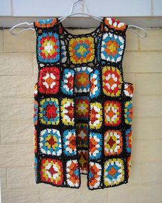 Chaleco chaleco abuela cuadrados puntadas de ganchillo Perfecto para crear un look bohemio chic de hippie con este chaleco de crochet lindo en otoño Medida: Busto: S (33-35) M (36-38) L (39-40) Crochet en hilado de acrílico de fácil cuidado, lavado frío de la máquina, ciclo delicado y corto máquina de seca, baja temperatura, o el rodillo en una toalla para quitar exceso de agua y puesta a secar. Por favor asegúrese de leer las políticas de mi antes de comprar. Sienta libre de dejarme…