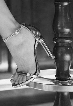 Sandalias doradas de Stuart Weitzman