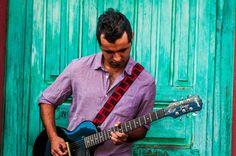 Design: Camino Ciudad / City Road. Colors: Reds / Rojos. Guatemalan embroidered leather guitar strap  Camino by TildeStraps, $60.00. Foto: Jhonathan Gómez.