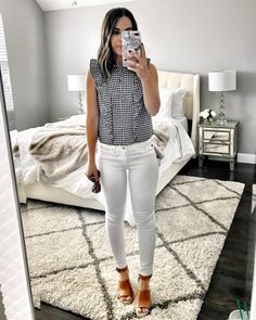Impressive Spring Outfits Ideas For Young Mom 25 - There is nothing cuter than to see a young child walking along the sidewalk on a pretty day with his or her Mommy, wearing the same clothing. Of cours. Boujee Outfits, Jean Outfits, Spring Outfits, Casual Outfits, Young Mom Outfits, School Outfits, Work Outfits, Casual Wear, Fashion Outfits