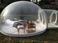 芝生の上にぽっかりと現れた、巨大な泡のようなドーム。 まるで、シャボン玉に包まれた寝室が、家の中から外に、ふわ […]