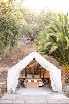 Ah, the art of glamping. Combining chic ideas with the outdoors, glamping is a way to have fun and be comfortable. Not quite camping yet not quite a s. Camping Glamour, Glam Camping, Camping Glamping, Luxury Camping, Camping Ideas, Outdoor Camping, Tent Living, Outdoor Living, Outdoor Spaces