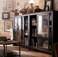 Corpul din lemn masiv HEMNES negru-maro cu uşi glisante din sticlă te ajută să expui şi să protejezi de praf obiectele tale preferate.
