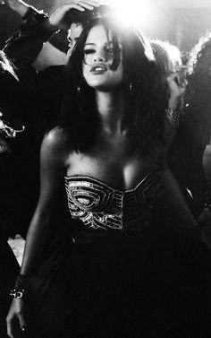 Selena Gomez ♥ hit the lights!Selena in black and whiteSelenaGomez ShowMe How U Make a First Impression Princess Protection Program, Selena Gomez Music, Selena And Taylor, Bae, Cher Lloyd, Marie Gomez, The Victim, Hollywood Celebrities, Female Singers
