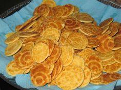 CANESTRELLI PIEMONTESI Il canestrello è un dolce molto sottile, fragile e che presenta forme irregolari dovute alla sua preparazione. Gli ingredienti base del canestrello sono la farina, il burro, le uova e lo zucchero. A seconda delle zone di produzione e delle preferenze, possono inoltre essere aggiunti vaniglia, cacao, nocciola, limone, arancia, caffè, menta, cocco, pistacchio, noce moscata, chiodi di garofano, rum, vino bianco, vino rosso, marsala, latte.    #carnevaliluigi.it 