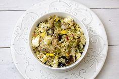 Sałatka z kaszą kuskus, wędzoną makrelą, oliwkami, suszonymi pomidorami i serem feta. Całość polana zdrowym olejem rydzowym i posypana prażonymi pestkami d