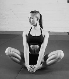 hot fitness girl with sideshave / shavedside Mohawk Hairstyles, Haircuts, Long Undercut, Side Shave, Leg Day, Shaved Sides, Sport, Buns, Gym Workouts