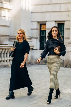 The end of New York Fashion Week means the street style set is poised for its London takeover. One part prim, prep, and punk, the vibe at London Fashion Week Spring Street Style, Street Style Looks, Cool Street Fashion, Look At You, Look Chic, New York Fashion, Milan Fashion, London Fashion Weeks, India Fashion