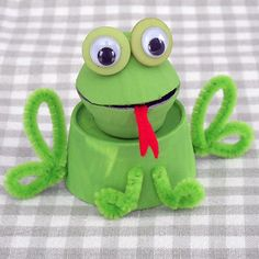 Turn a recycled egg carton into an adorable frog. Gloucestershire Resource Centre http://www.grcltd.org/scrapstore/