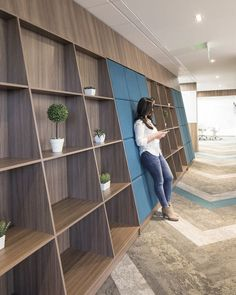 Red Hat Offices – Bogotá – Office Snapshots – Homes Office Bookshelves, Office Shelf, Office Storage, Bookcase, Corporate Interiors, Office Interiors, Commercial Design, Commercial Interiors, Office Interior Design