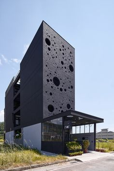 clusters of round openings on the black facade of emerge architects' 'onyx lit house' allow light beams to diffuse inside like roaming foam in the air. Black Architecture, Contemporary Architecture, Architecture Details, House Architecture, Facade Design, Exterior Design, Dream House Exterior, Design Moderne, Modern Buildings