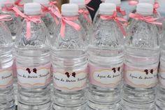 Lembrancinhas de Casamento Charmosas e Baratinhas - Mais Dicas de Casa Water Bottle, Baptisms, Birthdays, Wedding, Budget Friendly Weddings, Save My Marriage, Water Bottles, Personalized Party Favors, Initials
