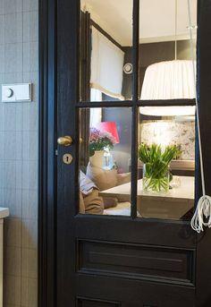 sötét ajtók Otthonos, meghitt hangulat sötét, természetes árnyalatokkal - 68m2-es lakás gyerekszobával