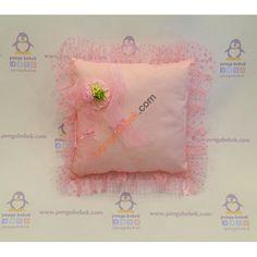 Pembe Gül Puantiyeli Takı Yastığı ile misafirleriniz hediyelerini, çok şirin bir takı yastığına takabilirler. Pengu Bebek