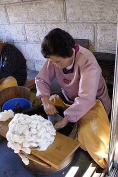 Yuki-tsumugi, silk fabric production technique