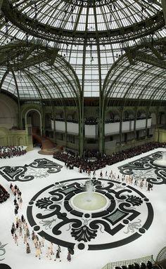 The grand palais is another glass and iron buildings. Chanel S/S a french garden, Grand Palais, Paris Catwalk Design, Architecture Cool, Chanel Fashion Show, Paris Fashion, Beautiful Paris, Paris Mode, Mystique, Garden Types, Grand Palais