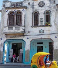 En la calle Primelles, reparto el Cerro #havana #habana #cerro #cuba #oldbuilding #decoration #architecture #cocotaxi #loves_habana #loves_cuba #ig_cuba #ig_habana #streetphotography