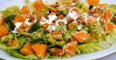 Receta casera de la ensalada California con aguacate, lechuga, naranja, nueces, mayonesa, yogurt natural y zumo de limón.