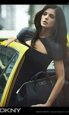 A atriz Ashley Greene faz novamente vezes de modelo na campanha da DKNY para o Inverno 2012. As fotos são de Peter Lindbergh