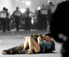 The Famous Kissing Couple From The Vancouver Riots Are Still Together And Adorable Amor Romance, Les Aliens, Famous Photos, Jolie Photo, Photojournalism, Colorful Pictures, Couple Pictures, Couple Goals, Relationship Goals
