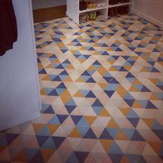 Hex zulu från Popham Design! 🌈  För den som vågar färg och mönster är detta den perfekta plattan!  Hex zulu är en hexagon formad platta som säljs i hela lådor om 0.62kvm. Pris? 774kr/låda 👌 Inskickat av kund 😸 #marrakechdesign #pophamdesign #kakel #klinker #fliser #tiles #flooring #betongplattor #cementtiles #handmade #handgjort #marockansktkakel #marockanskt #design #golv #floor #vägg #hall #kök #kitchen #renovering #badrum #bathroom #hexagon
