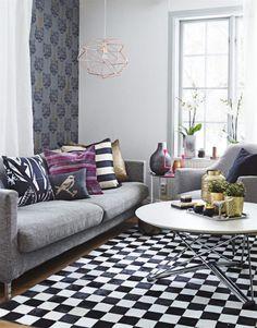 Lyxig stil med Lisa Bengtssons tapet Coco Tiger och Svenssonsoffan från Svenssons i Lammhult. Vridbart soffbord från Magis, Kontorett.