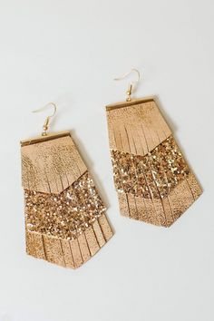 Downtown or small town, this sparkly pair lets you shine wherever you go! Three layers of faux leather fringe and glitter. Diy Leather Earrings, Rose Gold Earrings, Diy Earrings, Leather Jewelry, Earrings Handmade, Beaded Jewelry, Western Crafts, Earring Trends, Jewelry Making Tutorials