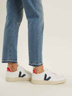 Discover recipes, home ideas, style inspiration and other ideas to try. Veja Trainers, Veja Sneakers, Sneakers Looks, Buy Shoes, Me Too Shoes, Veja V 10, Sneaker Outfits Women, Tennis Shoes Outfit, Leather Trainers