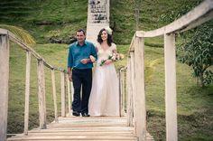 Foto por Union Imagens ❤ Aline & Fagner em Guarapari/ES.  Decoração de casamento rústica e noiva com buquê braçada de lisianthus. | Rustic wedding + pageant bouquet with blush lisianthus