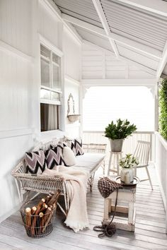 An all white porch. Home Interior Decorating in colori neutri ~ Interni e Design Still my favorite office Home Living, Living Spaces, Cottage Living, Country Living, Living Rooms, Outdoor Rooms, Outdoor Living, Outdoor Sofa, Outdoor Seating