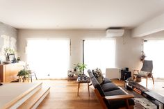 リビングにはソファースペースと畳を敷いた小上がりスペースがあります。小上がりはしばしば宿泊スペースにもなります。 #T様邸南行徳 #リビング #livingroom #小上がり #畳 #tatami  #フローリング #オーク材 #EcoDeco #エコデコ #リノベーション #renovation #東京 #福岡 #福岡リノベーション #福岡設計事務所 Living Room Interior, Conference Room, Architecture, Table, Furniture, Home Decor, Arquitetura, Decoration Home, Room Decor