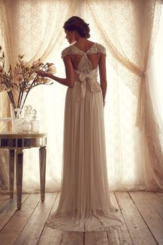 Australian designer Anna Campbell started her label in 2007 by selling her glamorous wedding dresses to boutiques. Her style is outstanding with an elegant