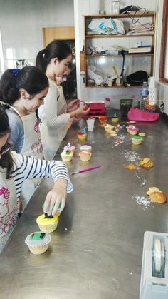 En pleno desarrollo taller infantil de decoración de cupcakes para Halloween