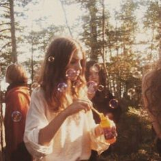 peace, love, and hippies! Summer Aesthetic, Aesthetic Vintage, Aesthetic Photo, Aesthetic Pictures, 1970s Aesthetic, Cozy Aesthetic, Makeup Aesthetic, Aesthetic People, Aesthetic Drawing