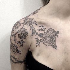 #blacktattoomag #bw #tattooworkers #tattrx #inkstinctsubmission #blackworkers #blackworkersubmission #linework #tattoo2me #iblackworkers #tattoo #tatuagem #romulopacheco #flores #flowers