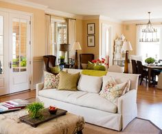 die perfekte farbpalette im wohnzimmer Kerzenkronleuchter und Rattanstühle