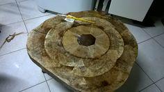 mesa de madeira forrada com filtro  usado de cafe em andamento